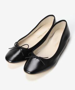 ー定番のバレエシューズはスクエアトゥで今年顔にー<br><br>定番人気のバレエシューズはスクエアトゥの形がトレンド感溢れる一足。<br>靴底とかかとに入ったクッションでフィット感があり、快適な履き心地で長時間履いても疲れにくいフラットシューズです。<br>クラシックな印象のスクエアトゥは、コーディネートに取り入れるだけで一気に今年顔に履きこなせます。