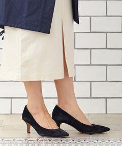 足元をスッキリ見せることができるポインテッドトゥは、1足は押さえておきたいマストアイテム♪<br>大人フェミニンな印象を高めるスエード素材で上品になり、程よく高さのあるヒールなので脚長効果も叶いそう◎<br>横から見たシルエットも自然と綺麗なラインを創り出し、いつものスタイルに女性らしさをプラスしてくれます。<br>*摩擦や水濡れによる色落ちにご注意下さい。