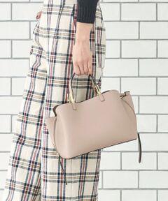 内部の仕様が3層に分かれており、真ん中のポケットにはジップが付いた機能性のあるバッグ。<br>また、サイドに付いたジップで荷物の量に合わせて横幅の大きさを変更出来る嬉しい仕様です。<br>*摩擦や水濡れによる色落ちにご注意下さい。