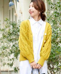 1枚でインパクトのあるケーブル編みカーディガン。<br>後ろに抜けさせて着用することで丸みのある女性らしいシルエットに。<br>羽織としてもボタンをとめて1枚着としての着こなしもおすすめ。<br>様々なボトムにあわせやすい短めの着丈がポイント。<br><br>コクーンシルエットの抜け感カーデは着るだけでトレンドをプラスできる優秀アイテムです。<br>手洗い可 ドライクリーニング可 陰干し<br>*水濡れによる色落ち・色移りにご注意下さい。<br>*素材の特性上、ピリング(毛玉)が生じますのでご注意下さい。