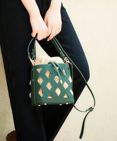 エコレザーにカットワークを施し、カゴバック感覚で持てるバケツ型のバッグ。<br>取り外しが出来るインバッグには、便利なエコファー素材の巾着付き。<br>ベージュのカラーは巾着がレオパード柄なので、シンプルなコーディネートのプラスにもおすすめ。<br>コーディネートをさらにアップデートできるポイントアイテムです。<br><br>[巾着]タテ約20.5cm/ヨコ約17cm/マチ約13cm