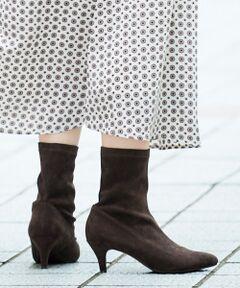 ストレッチ素材で履き心地な抜群ショート丈ブーツ。<br>ジップもベルトもなく、靴下感覚で履いていただける気軽さも嬉しいポイント。<br>美しいシルエットのポインテッドトゥが女性らしい足元を演出します。<br>パンツスタイルはもちろん、ミドル丈スカートと合わせてもバランス良く履いて頂けます。