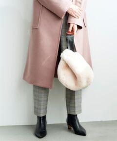 羊革を用いたアシメハンドルがポイントになったバッグ。<br>サッと持つだけで装いにシーズンを呼び込む、エコファーのふんわりとした柔らかな質感に思わずうっとりするバッグです。<br>マチありでちょっとしたお出かけに便利なサイジングです。<br>*この製品は人工毛皮(フェイクファー)を使用しておりますので、お取り扱いにご注意ください。<br>*素材の特性上、毛抜けが生じますのでご注意下さい。