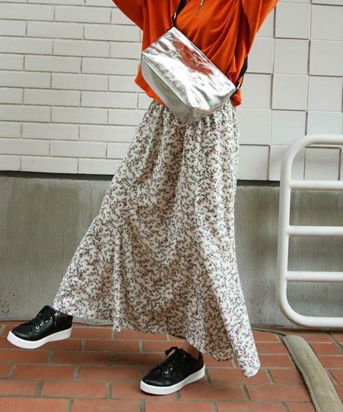 春っぽい小花柄のロング丈フレアスカート。 マーメイドシルエットで大人っぽく着こなせるように工夫された一枚です。