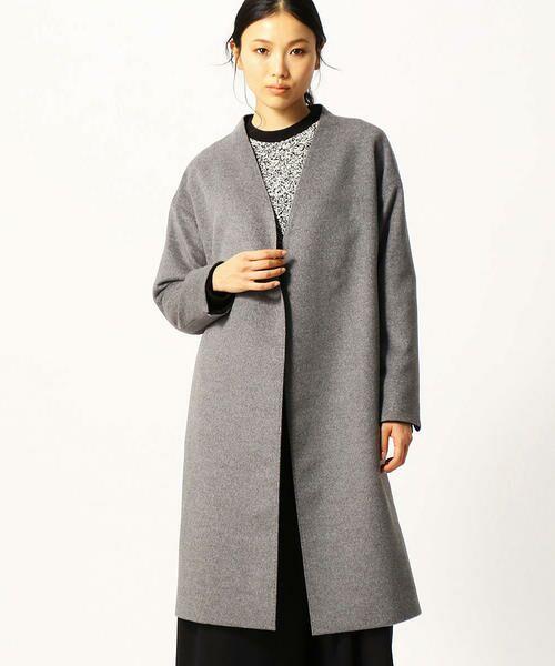 深めのVネックで、ばさっと羽織るボリューム感が今年らしいノーカラーコート。