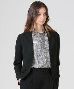 <デザインポイント><br />肩パットのない着用感の良い女性らしいジャケットです。ノーカラーでシーンに応じた着こなしができ、様々な立場で活躍する現代の働く女性に向けてご提案します。ドライタッチで清涼感があります。<br /><br /><素材説明><br />アセテート100%のダル糸の3本合わせを使用する事によって、独特の落ち感とハリ感を持ちながら、肌当たりの優しい生地が出来ました。<br />マットな光沢と美しいドレープ性が柔らかな仕立てを演出します。<br />またライトリライム加工をすることにより若干の表情感も加わっています。<br /><br />※ドライオンリー<br /><br />モデル(下部ディテール画像):H173 B81 W58 H86 着用サイズ:38