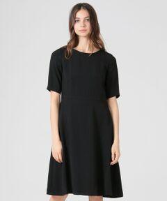 <デザインポイント><br />程よく身体にフィットした上半身から裾に向けて広がるフレアが優雅な印象です。<br /><br /><素材説明><br />アセテート100%のダル糸の3本合わせを使用する事によって、独特の落ち感とハリ感を持ちながら、肌当たりの優しい生地が出来ました。<br />マットな光沢と美しいドレープ性が柔らかな仕立てを演出します。<br />またライトリライム加工をすることにより若干の表情感も加わっています。<br /><br />※ドライオンリー<br /><br />モデル(下部ディテール画像):H173 B81 W58 H86 着用サイズ:38