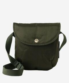 <br /><br />耐久性に優れたナイロンを使用したラウンドサコッシュ。財布、携帯電話などのちょっとした荷物でのお出かけの際に重宝するサコッシュです。