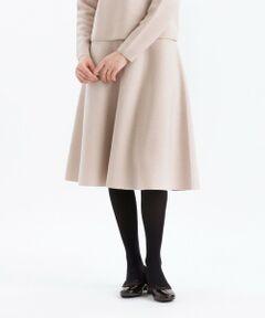 <セットアップでも着られるニットフレアスカート><br /><br />程よいハリ感で上品に仕上げつつ、柔らかな風合いを持ち合わせたストレスフリーな着心地です。綺麗なフレアが女性らしさを演出してくれます。同素材のプルオーバー(H5N01-417)とのセットアップがオススメです。<br><br>【素材】オーストラリア産、18.5マイクロンのメリノウールを使用しています。ハイクラスの加工手法によりスポンディッシュな膨らみと、繊細でしなやかな風合いを持っています。クオリティの高いウールの風合いの良さと、柔らかな風合いと滑らかで優しい肌触りを実現しました。<br><br>※この商品はサンプルでの撮影を行っています。<br>実際の商品とイメージ、仕様が異なる場合がございます。<br /><br /><br><br>モデル:177cm B:80cm W:59cm H:88cm 着用サイズ:38サイズ