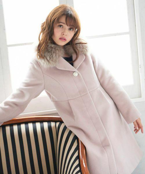 在庫も残りわずか、、、ふんわりファーが華やかな雰囲気を演出してくれるロングコートを要チェック!
