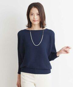 ◆毎シーズン大人気のニットがこの秋も登場◆<br><br><デザイン><br>リブの横使いのボートネックのドルマンスリーブプルオーバー。袖口と裾のリブで着るだけでシルエットがサマになるデザインです。WEB限定カラーを含む、7色展開。40サイズは店舗限定展開です。<br><br><素材><br>光沢感とドレープ性のあるレーヨンに、軽く膨らみがあるストレッチポリエステルを複合した日本の素材を使用。日本でホールガーメントで編み立てしています。縫い目のないホールガーメントはつっ張る感じが無く、着やすさも叶えたニットです。<br><br><着こなしポイント><br>伸縮性が高く、裾のリブ使いで様々なボトムスとのコーデが楽しめます。ロングシーズン楽しめるのも嬉しいポイント。<br><br><ホールガーメント(R)とは><br>ホールガーメント(R)とは「無縫製」という意味で、縫い目が出来ない編み方のことです。 通常は前身頃、後身頃、袖などパーツ別に作った生地を縫い合わせて一着の服を作りますが、ホールガーメント(R)は専用の機械で1着の服を編み上げます。立体的なデザインも可能。縫い目が無いので突っ張る感じも無く、身体に自然にフィット。無駄な糸も使用せず、サスティナブルな縫製技術です。<br><br>---------------------------------<br><br>・透け感:なし(グレージュのみややあり)<br>・布地の厚さ:ふつう<br>・裏地:なし<br>・伸縮性:あり<br><br>-----------------------------