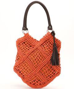 <デザイン><br>ざっくりと編まれた編み目が、涼し気な印象のトートバッグ。<br>ペーパー素材ならではのざっくり編みがポイントです。<br>ネット状の透け感を出すため、ペーパーヤーンに撚りをかけ縄状にした糸で、かっちりと編みあげています。持ち手や付属のフリンジに、フェイクレザーを使ってモダンな印象にしています。<br><br><素材><br>ナチュラルな印象のペーパー素材を使用。軽く、様々なスタイリングに合わせやすいシンプルさもポイントです。<br><br><仕様>内装:ファスナーポケット×1ポケット×2