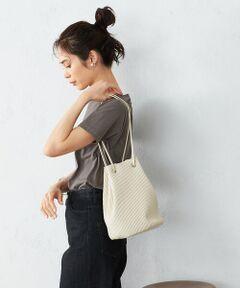 《デザイン》<br>縦長フォルムと、細めのハンドルが特徴のプリーツバッグ。<br>シーズンレスで使えるスモーキーなカラー展開で、<br>様々なテイストのファッションに合わせやすいのが特徴です。<br>仕様は、持ち手を持つだけで、自然に口が閉まる、便利な巾着型。<br>口元が大きく開くので、中が見えやすく、物の出し入れもしやすくなっています。<br>小さいながらも立体感のあるデザインなので、収納力は抜群。<br>マチがしっかりあり、財布やスマホなど必要な小物が収まるサイズです。<br>手首にかけたり、ワンショルダーで肩にかけたりと、ファッションやシーンに合わせて、<br>2通りの着こなしを楽しめます。<br>また、ストラップの結び目で長さの調節もできます。<br><br>《素材》<br>なめらかな表面感のフェイクレザーに、プリーツ加工を施しています。<br><br>《仕様》<br>内側…ポケット×1つ<br><br>《取扱い》<br>この商品は、染料の特性上、摩擦、水濡れにより色落ちします。特に、白っぽい生地の服装時にはご使用をお避け下さい。合成皮革部分は、汗、水、高温多湿に弱く、汗との摩擦によりまれに表面が劣化、色落ちする事が有ります。又、洗剤、シンナーなどを使用しますと、変色、剥離の原因となります。ご注意下さい。