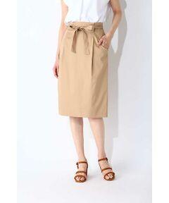 ウエストリボンで人気のタックインスタイルもお洒落にきまるタイトスカート。タックを畳んで腰回りにゆとりを持たせたシルエットに、バックスリット入りで穿き心地も申し分なし。腰に結んだリボンベルトが、女性らしいメリハリラインを強調してくれます。オフィスシーンに大活躍間違いなしの、上品なベージュとネイビーの2色でご用意しました。バックファスナー開き。