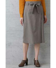 ラップ風ディティールがポイントのストレートスカート。ウエストに巻いた共生地のベルトで、人気のタックインスタイルも断然オシャレに決まります。きれいめトップスと合わせたきちんとコーデはもちろん、ボアトップスなどと合わせてカジュアルダウンするなど着こなしも多彩。今年らしいチェック柄と大人っぽいカーキの2色展開。上品な雰囲気のウール混素材を使用。