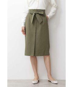 上品な光沢としなやかな風合いが特徴のテンセル混素材で仕立てたタイトスカート。すっきりとした細身シルエットに、センターを重ね合わせたデザインがポイント。フロントはさりげないベンツ入りで足さばきも良好。ウエストの共地リボンで、人気のタックインもメリハリあるスタイリングに仕上げてくれます。トップスを選ばず着回せる万能アイテムです。