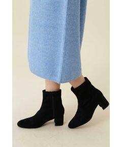 シンプルなミドル丈のショートブーツはストレッチが効き、フィットした履き心地が魅力。太目のヒールで歩きやすく、足元をスリムにまとめて女性らしさを演出します。カジュアルもフェミニンな着こなしにも合わせやすい一足です。