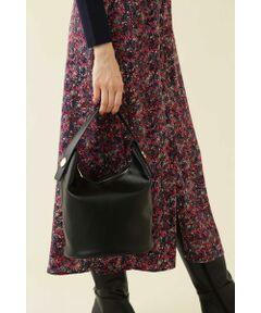 上品な艶感と非常に柔らかな質感が特徴のバケツ型バッグです。ハンドルは敢えて短めに設定しながらも、しっかり肩から掛けられるのが嬉しい。取り外し可能なストラップ付のため、ショルダーとしてもお使い頂けます。