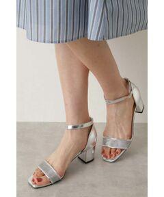 かかとが見えないアンクルストラップできちんと感があり通勤にもおすすめのサンダル。程よい肌見せで女性らしい足元を演出してくれます。シンプルなデザインだからスタイリングを選ばず幅広く活躍してくれること間違いなし!