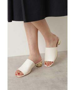 足馴染みの良いシープレザー調のアッパーが、リラクシーな足元を演出してくれるミュールサンダル。メタルのヒールを組み合わせ、都会的な装いはもちろん、リゾートシーンのコーディネートにもアクセントとして活躍してくれます。