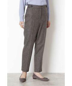 柔らかなウールをブレンドした高級感のあるヘリンボーン素材を使用したセンタープレスパンツ。ウエストの両サイドにあしらったタブディティールが、トップスインした際にもポイントになり、ベルトなしでもスタイリングが決まるデザインです。程よくストレッチが効いているため穿き心地◎。裏地付き