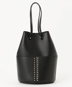 ■デザイン■シボのある、柔らかな合成皮革を用いたショルダーバッグです。柔らかな形状にスタッズを加えることで華やかさが増し、いつものコーディネートにアクセントを添えます。■同シリーズトートバッグ(品番:BO3DYM0303)※ 画像はサンプルを使用している為、実際にお届けする商品と仕様やサイズが異なる場合がございます。