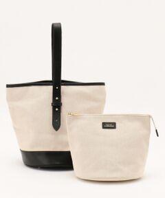 レザーとキャンバス地を組み合わせた異素材コンビのトートバッグです。ナチュラルなキャンバス地にレザーのきちんと感が合わさって、オン・オフ問わず様々なシーンにお使いいただけます。中には同素材の大き目のポーチがセットになっており、ポーチの向きを変えるとハンドルの向きが変えられる、アレンジ可能なバッグになっています。■同素材アイテム■バケツトート バッグ(BO3AYM0402)※ 画像はサンプルを使用している為、実際にお届けする商品と仕様やサイズが異なる場合がございます。