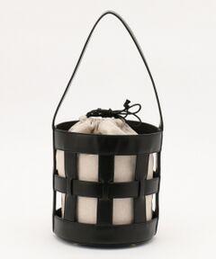 レザーとキャンバス地を組み合わせた異素材コンビのバケツバッグです。ナチュラルなキャンバス地にレザーのきちんと感が合わさって、オン・オフ問わず様々なシーンにお使いいただけます。格子状のバッグの内側には巾着を入れ、軽くてかわいらしいデザインに仕上げました。トレンドのバケツ型にも注目のバッグになっています。■同素材アイテム■キャンバスコンビ バッグ(BO3AYM0401)※ 画像はサンプルを使用している為、実際にお届けする商品と仕様やサイズが異なる場合がございます。