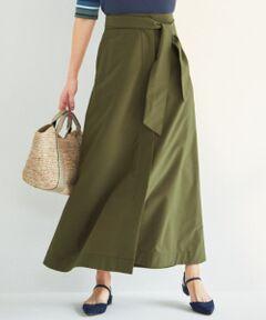 <一部店舗&WEB限定カラー:043 マスタード系>ブラウス合わせでも甘さをセーブ。キレイ目カジュアルなマキシスカートが登場。■デザイン■台形シルエットのロングスカート。前ポケットにベイカーパンツのディテールを取り入れカジュアルな雰囲気も出しつつも、スッキリとしたシルエットできれい目な雰囲気でも着こなして頂けます。足首が見えるレングスで、フラットなパンプスやスニーカーとも相性抜群です。落ち感のある柄ブラウスなどの女性らしいシルエットのトップスと合わせても、甘くなり過ぎないようにスタイリングを仕上げてくれるスカートです。共布のベルトだけでなく、ワイドなサッシュベルトとスタイリングして頂くのもおすすめ。■素材■ストレッチ性のあるギャバ素材のスカートです。表に微かな微起毛をかけ、ストーンウォッシュを施すことにより、生地に適度なハリを持たせコンパクトな仕上がりとなっています。横糸にスラブ糸を使用することでカジュアルな素材感でありながら、表に適度なツヤもある、カジュアル過ぎない見え感となっています。■同シリーズ■パンツ(品番:PRWOYM0405)※#033 ベージュ系のみペチコート付きです。※ 画像はサンプルを使用している為、実際にお届けする商品と仕様やサイズが異なる場合がございます。