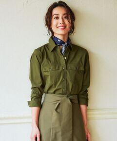 羽織りでもシャツでも。パッチポケットがアクセントの万能シャツ羽織り。■デザイン■羽織りとしても、シャツとしても着用いただける汎用性の高いシャツです。胸元にウエスタンのようなフラップ付きのパッチポケットを付けることで、羽織ったときにもサマになるようにしています。シャツとして着る際は、ワイドボトムとのスタイリングが特におすすめです。同色のボトムと合わせればセットアップ風でも着こなして頂けます。■素材■繊細なタッチと風合いが魅力のタイプライター素材です。細番手の綿糸を使用した高密度素材に特殊なピーチ加工を施したことで、他にない上質シャツ素材に仕上がっています。■着合わせアイテム■コットンストレッチギャバジン パンツ(品番:PRWOYM0405)■同素材アイテムミリタリージャケット(品番:JKWOYM0405)ジャケット(品番:JKWOYM0406)※ 画像はサンプルを使用している為、実際にお届けする商品と仕様やサイズが異なる場合がございます。