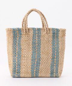 バスク編みの小ぶりなトート型かごバッグです。2本線のストライプ柄で、印象的なデザインに仕上がっています。手持ちのハンドルデザインで、ちょっとしたお出かけや休日用のバッグとして大活躍します。冴えた夏らしいピンクと爽やかなブルーの2色展開です。
