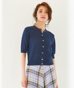 表情のあるライトな5分袖サマーニットカーディガン■デザイン■天竺で編み立てた5分袖のカーディガンです。素材を生かしたシンプルなデザインでコンパクトなシルエットがポイントです。柄物やカラーのロングスカートとのスタイリングにおすすめのアイテムです。プレーンなデザインで、一枚着としてもインナーとしても決まる、この夏一枚あれば重宝するアイテムです。■素材■清涼感のあるウェーブ形状が特徴のリリヤーンを使用。リネンコットンの程よいハリと艶感があり、一枚で様になるミドルゲージの肉感です。※ 画像はサンプルを使用している為、実際にお届けする商品と仕様やサイズが異なる場合がございます。