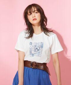 2018SSエキゾチックなムード漂うフォトプリントTシャツ夏らしいフォトプリントを施したカットソーです。23区の2018年カタログにも登場した、モロッコ中央部の都市「マラケシュ」の写真を落としこんだ、エキゾチックなムード漂うプリントTシャツです。ご家庭でも手洗いが出来るイージーケアが可能な一枚。アラベスク模様が美しい、モロッコのタイル風のプリントです。リネンのカラースカートからシンプルなデニムでも着こなしが決まる、この夏一枚欲しいトップスです。