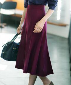 ストレッチ性も抜群。程よい大人仕様のフィット&フレアが美しいマーメイドスカート<br /><br />■デザイン<br />少し前後差をつけたマーメイドスカートです。ウエストまわりはフィットさせ、ヒップあたりから裾にむけてフレアをだしました。縦切替とウールならではのふくらみが、シルエットに奥行きをもたせています。ウール100%ですが、ウエスト周りも窮屈にならないよう、ストレッチ加工を施し、穿き心地にこだわりました。晩夏の半そでトップス合わせから、秋が深まったことのニット合わせにと、長期間さまざまなトップスに合わせて頂ける、一枚あれば重宝するアイテムです。チェックのブラウスに、ロングブーツを合わせたスタイリングが特におすすめです。<br /><br />■素材<br />タテ糸横糸とも2/60の糸番手で21マイクロンの原料を使用しており、かつその糸に強撚しています。そのうえで織機の限界まで高密度に織ることで、質感のある強撚による膨らみ、反発感、高級感のある素材感に仕上がっています。また仕上げにてネオストレッチ加工をしているので、ストレッチ性も出し、穿き心地の良さといった機能性もプラスしている素材です。晩夏から着用できる程よい肉感のライトなタッチの、長期間活躍するスカートです。<br /><br />※画像はサンプルを使用している為、実際にお届けする商品と仕様やサイズが異なる場合がございます。
