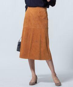 コーディネートにこなれ感を与えてくれる、本格ゴートレザーフレアスカート<br /><br />■デザイン<br />ややマーメイドラインのシルエットが女性らしいスエードスカート。大きなアウトサイドポケットがすっきりとしたシルエットにアクセントをつけてくれています。上質なカシミヤのプルオーバーニットと着合わせる上品なスタイリングがおすすめです。ニュアンスのあるカラーのダークブラウンと、柔らかな秋らしさを演出してくれるキャメルの2色展開です。<br /><br />■素材<br />羊革よりも繊維組織の密度が高く、丈夫な山羊革を使用しています。表皮に近い層のレザーを使用しているため、細やかでなめらかな素材感です。裏面には起毛・毛羽立ちを抑えハリ感を持たせるバックコーティング加工を施しました。天然素材ならではの味のある風合いをお楽しみいただけます。<br /><br />■同素材シリーズ<br />ライダースジャケット(品番:JKWOYA0301)<br /><br />※画像はサンプルを使用している為、実際にお届けする商品と仕様やサイズが異なる場合がございます。