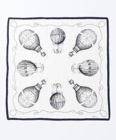 今年のスタイリングにマスト!定番のシルクスカーフ<br /> シルク100%の艶やかな素材を使用した、23区定番のシルクスカーフです。オリジナルで描いた気球のデザインが主張しすぎないので、ボーダーのトップスとも相性抜群。首元に巻くだけではなく、バッグにつけていただいてもスタイリングの程良いポイントになります。