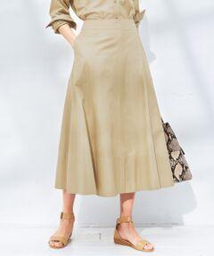 """2019SS<br />23区マガジン""""MY STANDARD(マイスタンダード)"""" P12,24,28,29,60,72掲載<br /><br />ボリュームがありつつも、すっきり美しいシルエットのミディ丈スカート<br /><br />■デザイン<br />シャツ素材のフレアスカートです。ハギをいれることで、より立体感のある綺麗なフレアラインが魅力のミディ丈スカート。更に裾に太めの見返しには配色ステッチをプラスすることでアクセントをつけています。同素材のシャツとワンピース風に着ていただいたり、ニットを合わせてスタイリングするのもお勧めです。<br /><br />■素材<br />細番手の超長綿を使用したツイル素材は、固くならず柔らかな肌触りが魅力。羽毛が少なく滑らかで、上品な光沢感のある軽やかな素材感です。<br /><br />▼同素材・シリーズ・セットアップ<br />Canclini ツイルシャーティング シャツ(品番:BLWOKM0306)<br /><br />※画像はサンプルを使用している為、実際にお届けする商品と仕様やサイズが異なる場合がございます。"""