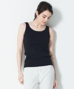 ■素材・デザイン<br />胸元に見えても下着っぽさのない安心感のある肉感のタンクトップです。シャツを羽織ったりカシュクール風に前を開けて着こなす時や、ローゲージのニットの透けが気になる時など、Tシャツ感覚で見せて着ることもできる万能アイテムです。下着のヒモも隠れる程よい太さの肩ひも巾に設定しています。<br /><br />※画像はサンプルを使用している為、実際にお届けする商品と仕様やサイズが異なる場合がございます。<br /> <br />