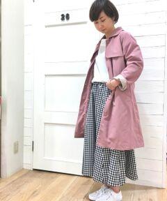 さらりとした風合いの軽い素材を使用したコートは、<br>ライナー付きながら重さを感じさせない実用性の高い一着。<br>インナーの滑りを良くするため、袖裏には裏地を用い、<br>ブラウスやニットの上に羽織る春コートとして最適なデザインになっています。<br>また背幅のゆとりをキープするため、後襟ぐりには4本のタック入り。<br>着心地の良さを考え、細部にこだわった一着に仕上がりました。<br>襟の取り外しが可能なので、シンプルにクルーネックコートとしても着用可能です。<br>洗い不可 ドライクリーニング可<br>*水濡れによる色落ち・色移りにご注意下さい。