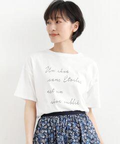 """【今年らしいバランスで着られるTシャツ】<br><br>身幅を拾わないゆったりとしたサイズ感が<br>嬉しいTシャツ。<br>バランスを取りやすいように程よいショート丈に<br>設定し、ウエストインに抵抗がある方でも<br>バランスよく着られるお仕立てです。<br><br>カラーは、羽織ものと合わせやすいホワイトから<br>デニムやリネンと合わせやすいブラウンとモカ、<br>すっきり見えするブラックの4色展開です。<br><br>胸のロゴにはすてきなフランス語が。<br>""""Un reve sans etoiles est un reve oublie.""""<br>  (星のない夢は、忘れられた夢)<br>…星のない夢なんて、忘れ去られてしまうわ<br><br>衿ぐりにの内側にはリバティプリントが施され、<br>着るときに気分が上がる、ニームらしいお仕立てです。<br>手洗い可 ドライクリーニング可 陰干し<br>*摩擦や水濡れによる色落ち・移染にご注意下さい。"""