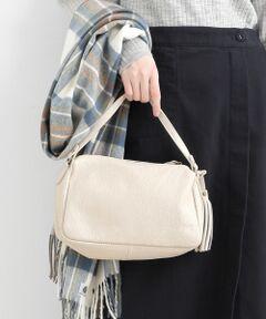 """【小ぶりながらしっかり荷物も入る定番バッグ】<br><br>2007年に設立されたイタリアの革製品<br>メーカー、""""PELLETTERIA VENETA<br>(ペレッテリアベネタ)""""のバッグは、<br>イタリア製の革を使用しハンドメイドで<br>丁寧に作られています。<br><br>小さめのサイズ感が可愛らしいバッグは、<br>ストラップを付ければショルダーとして、<br>ショルダーを外せばハンドバッグとして<br>使える2WAY仕様。<br><br>使い易さとデザインのシンプルさで、<br>流行に流されることなく、長くお使い<br>いただけるおすすめのアイテムです。<br>*この製品は天然皮革を使用しております。<br>*摩擦や水濡れによる色落ち・傷・硬化にご注意下さい。<br>*素材感と雰囲気を重視した加工の為、色の濃淡やシワの入り方など一点一点の表情にバラつきやムラがございますのでご了承下さい。<br>*インポート製品の特性上、キズ・汚れ・色ムラが見られる場合がありますのでご了承下さい。"""