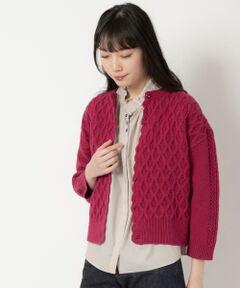 【温もりを感じる編地のニットカーディガン】<br><br>HAND KNITの雰囲気をジャガード編みで表現した<br>カーディガン。<br><br>前開き端にあしらったかぎ針編みは出編みで<br>仕上げており優しい印象に。<br>袖下と後ろ身頃はすっきりと編み上げているので、<br>着ぶくれしにくくアウターの下にも着用しやすく<br>しています。<br><br>ころんとしたキャンディのようなボタンがニーム<br>らしいアクセントです。  <br><br>温もりのある冬の風景を描いたニットの柄は<br>シーズンムードを盛り上げてくれること間違いなし。<br>洗い不可 ドライクリーニング可<br>*摩擦や水濡れによる色落ち・色移りにご注意下さい。<br>*素材の特性上、ピリング(毛玉)が生じますのでご注意下さい。