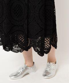 """【軽いレザーに包み込まれるダンスシューズ】<br><br>1984年に英国靴の聖地ノーザンプトンで<br>創業したダンスシューズメーカー<br>""""CROWN""""(クラウン)<br><br>元々ジャスダンスの練習用としてデザインされた<br>本格派のシューズで、シンプルなデザインに<br>すっきりとしたスマートなフォルムが特徴的です。<br><br>シボ革を使用してることで、高級感と柔らかい印象を<br>与えてくれます。<br>何より軽く、しなやかなレザーであることで<br>足馴染みが良いのがポイント。<br><br>デイリーにレザーを履きたい、スニーカー<br>ほどカジュアルにはなりたくない、そんな<br>大人の女性にぴったりのシューズです。<br><br>*商品の現物サイズは36→4、37→5、38→6です。<br>*摩擦や水濡れによる色落ち・色移りにご注意下さい。"""
