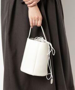 """【きれいなフォルムの小ぶりなショルダーバッグ】<br><br>取り外しも出来る巾着型のインナーバッグ付き<br>ショルダーバッグが登場。<br><br>雨の日も気軽に使えて、底が円形なので小ぶりながら<br>必需品はしっかりと入る大きさです。<br><br>巾着バッグとパネル型のバケツバッグ、それぞれ単体でも<br>お使い頂けるのも嬉しいポイント。<br><br>MOHI(モヒ)<br>熟練の靴職人が多い国スペインで誕生したシューズファクトリーで<br>バッグも人気のブランドです。<br>スペインで多く生産されるジュートを用いたシューズ""""エスパドリュー""""<br>を生産するメーカーの1つで、シンプルながら他にはない独創的な<br>デザインを得意としています。<br><br>[インポーチ]タテ約17cm/ヨコ約20cm/マチ約13cm/全長約124cm<br>*この製品は合成樹脂を使用しております。<br>*素材の特性上、コーディングの剥離が発生する特性がありますのでご了承下さい。"""
