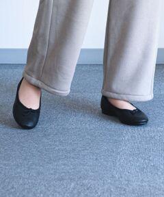 【シンプルで、柔らかい、履きやすいシューズ】<br><br>バレエシューズを元に作られた、<br>優しい履き心地の良い「CROWN BOW BALLET」<br><br>シンプルな作りながら、小ぶりのアッパーリボンと<br>縁にあしらわれたコットンテープがポイント。<br><br>ブラックとホワイトの2色でご用意。<br><br>レザー素材なので、履くたびに馴染み<br>柔らかい風合いになります。<br><br>程よい厚みのインソールと、1.5センチのヒールが<br>履き心地の良さと品の良さを演出します。<br><br>カジュアルからきれいめ、<br>メンズライクなスタイルまで<br>オールマイティーに使い回しができます。<br><br>CROWN(クラウン)は靴の聖地として有名である<br>イギリス・ノーザンプトンで1984年に<br>ダンスシューズメーカーとして誕生しました。<br>その名の通りインソールに王冠をマークを掲げ<br>トップクラスのダンスシューズとして<br>人気を得ています。<br>*この製品は天然皮革を使用しております。<br>*摩擦や水濡れによる色落ち・色移りにご注意下さい。