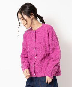 【大人気の柄編みカーディガンが再登場】<br><br>ラムウールの入った糸を編み上げた<br>柄編みカーディガンは通常のウールよりも光沢があり<br>しなやか、保温性が高く冬に大活躍のアイテム。<br><br>軽くて、柔らかく着やすさ抜群!<br>ゆったりとしたフォルムは優しい雰囲気に。<br><br>今シーズンはリニューアルした編み方に<br>小さなパールボタンをあしらっております。<br><br>ほんのり後ろ身頃の丈が長くなっており、<br>ノスタルジック過ぎないデザインがポイント。<br><br>毎年使えるので、コーディネートの定番アイテムに<br>オススメです。<br>洗い不可 ドライクリーニング可 陰干し<br>*摩擦や水濡れによる色落ち・色移りにご注意下さい。<br>*素材の特性上、ピリング(毛玉)が生じますのでご注意下さい。