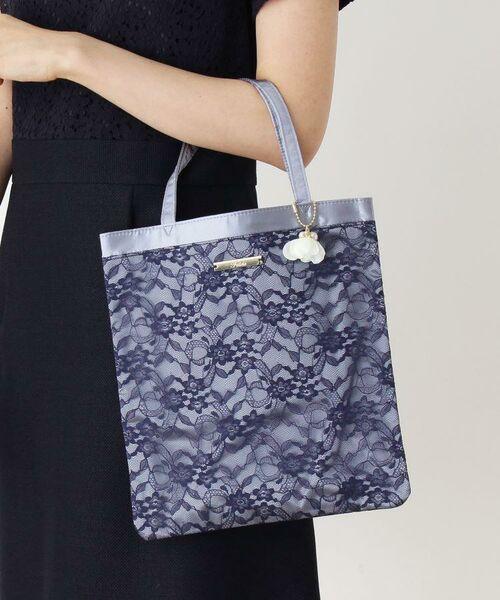結婚式や入卒シーズンにおすすめなレースバッグ。女性の日常をやさしく包み込むようなやわらかなカラーとデザインの一品です。
