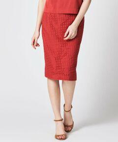 <スクエア柄レースをあしらったスカート><br /><br />スクエア柄の生地レースを使用したスカート。<br /><br />大胆な穴あきのスクエア柄レースは丁寧な刺繍で表現されており、高級感のある仕上がりです。<br /><br />様々なコーディネートに合わせやすいストレートシルエットです。<br /><br /><br />同素材のレースを使用したニットやブラウスをあわせると、夏のセットアップとしてご利用いただけます。<br /><br />※こちらは春夏展開商品になります。<br /><br />【関連商品】<br />同素材のブラウス:K1L29328<br /><br />モデル(下部ディテール画像):H170 B78 W59 H88 着用サイズ:6
