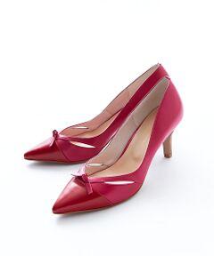サイドのカットラインは脚がきれいに見えるよう計算されたポインテッドパンプス。<br>BLKには同色のドット、REDはホットピンクとの配色で女子力の高い一足に仕上げました。<br>フェミニンできちんと感のあるルックスは、ワンピースに合わせたセレモニーシーンにも最適。  <br><BR>