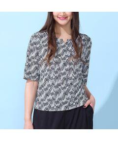 <b>◆手洗いOK/大きいサイズ/L-LL◆<br><font color='#ff3366'>■清涼感あふれる爽やかな一枚、上品キカ柄Tシャツ■</font></b><br><br>ドライタッチでさらさらとした肌触りの、清涼感のあるジャージー素材。<br>小さめのキカ柄で夏のお出かけにピッタリのTシャツです。<br>フロントタックから続くドレープが、女性らしいシルエットを作ります。<br><br>・デコルテをスッキリ見せる襟ぐりのスリットがポイント<br>・涼しく着ていただける強撚スムース素材<br><br><b><font color='#ff3366'>■ポイント</font></b><br>控え目なプリントなので、カラーを合わせたカーディガンを羽織って、まとまりのあるコーディネートがオススメです。<br>シリーズのスカート[品番:56043001]とセットアップで着用していただくと、ワンピースのような着こなしに!<br>オフィスや通勤だけでなく、夏のセレモニー(パーティ・お食事会)などにもオススメです。<br><br><b>〈コーディネート商品〉</b><br>ジョイクールポンチ・ノーカラージャケット/品番:56033007<br>ジョイクールポンチ・ストレートパンツ/品番:56053004<br>[モデル身長:173センチ]<br><br><b><font color='#ff3366'>■商品特性■</font></b><br>生地感: やや薄手<br>伸縮性: あり<br>光沢感: なし<br>透け感: なし<br><br>襟ぐり: クルーネック<br>裏 地: なし<br>袖 丈: 5分丈<br>かぶりタイプ<br><br><b><font color='#ff3366'>■洗濯表示■</font></b><br>手洗い可=取り扱いについては、商品についている洗濯表示でご確認ください。<br><br><b><font color='#ff3366'>■PISANO BrandConcept■</font></b><br>トレンドに敏感でありながら、柔らかく優美なデザインで'かしこまりすぎず、飾りすぎない'どこか余裕のある大人の女性らしさを追い求めるブランドです。<br>◆Lサイズ/LLサイズ(13~17)号展開<br>◆3Lサイズ(19~21号)は一部商品限定展開<br><br>※モデル画像はサンプルを使用している為、実際にお届けする商品と仕様が若干異なる場合がございます。<BR>
